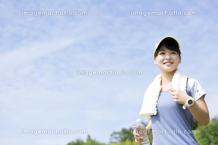 屋外で運動する女性の販売画像