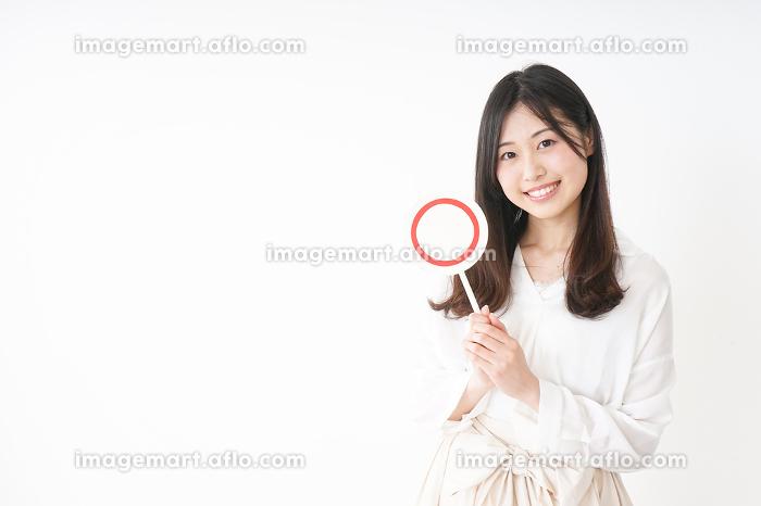 丸印を示す若い女性の販売画像