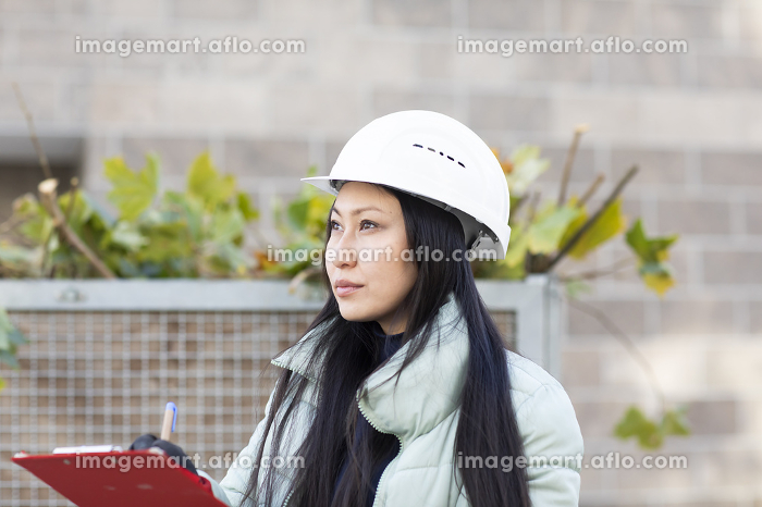 worker asia woman with winter jacket working outsideの販売画像