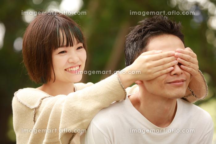 手で目隠しする女性の販売画像