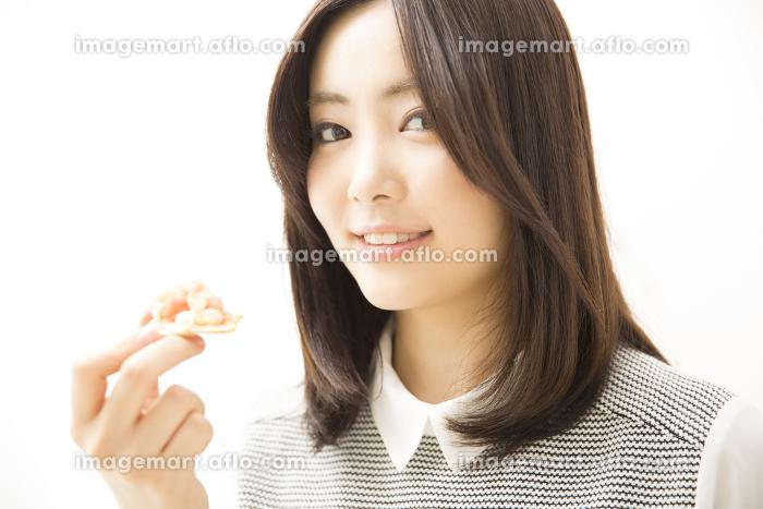 カナッペを食べる女性の販売画像