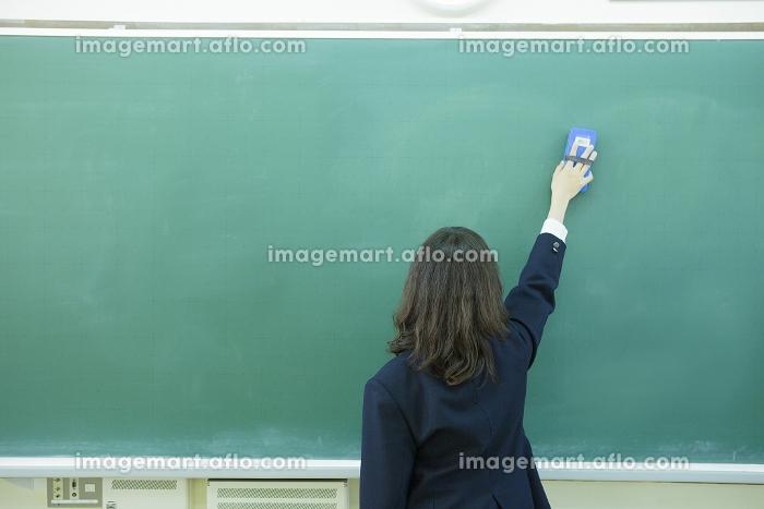 黒板を消す高校生