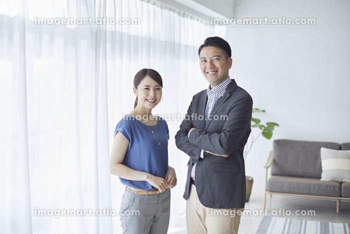 笑顔の共働き夫婦