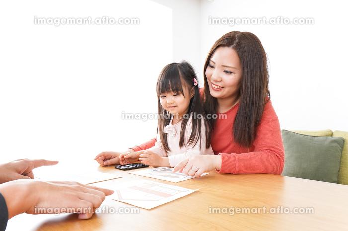 住宅ローンの申込みをする家族の販売画像