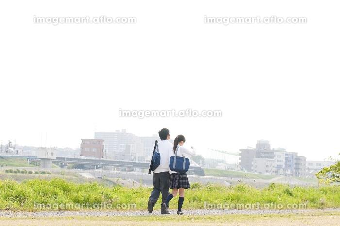 河川敷を歩く高校生カップル