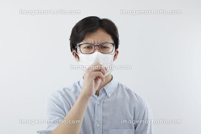 花粉飛沫防止メガネをかけた日本人男性の販売画像