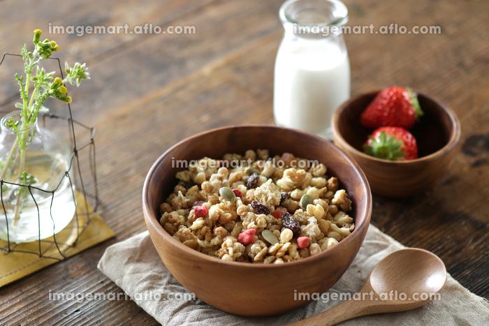ナチュラルな木の上に置かれた朝食のセットとフルーツグラノーラの販売画像