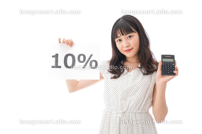 消費税増税に苦しむ若い女性