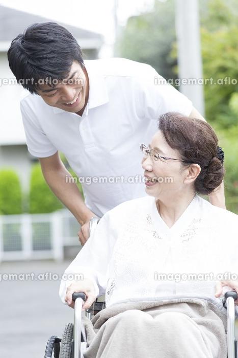 シニア女性を介護する介護福祉士