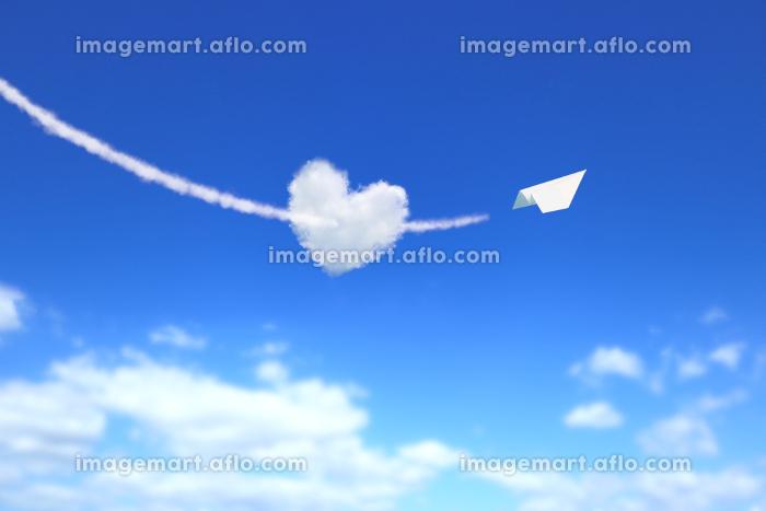 ハート型の雲を射貫く紙飛行機の販売画像