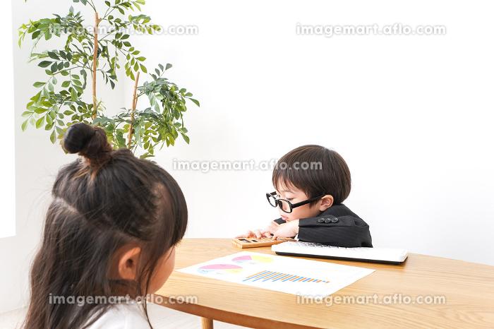 会議をするビジネスパーソンの販売画像