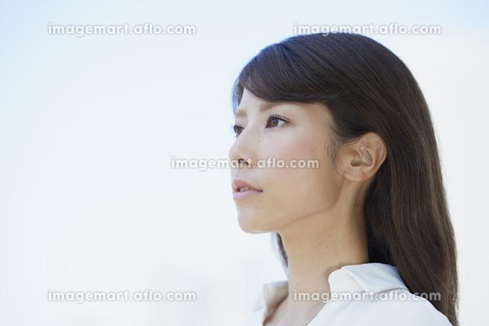 白いシャツを着た若い日本人女性の販売画像