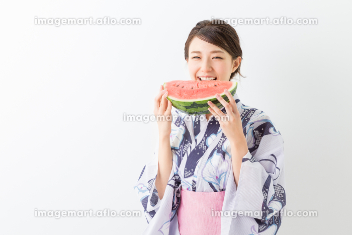 浴衣を着た女性 スイカの販売画像