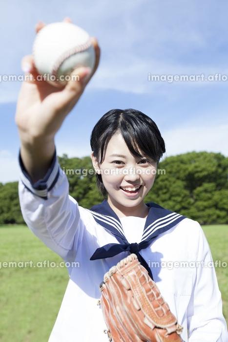 キャッチボールをする女子中学生の販売画像