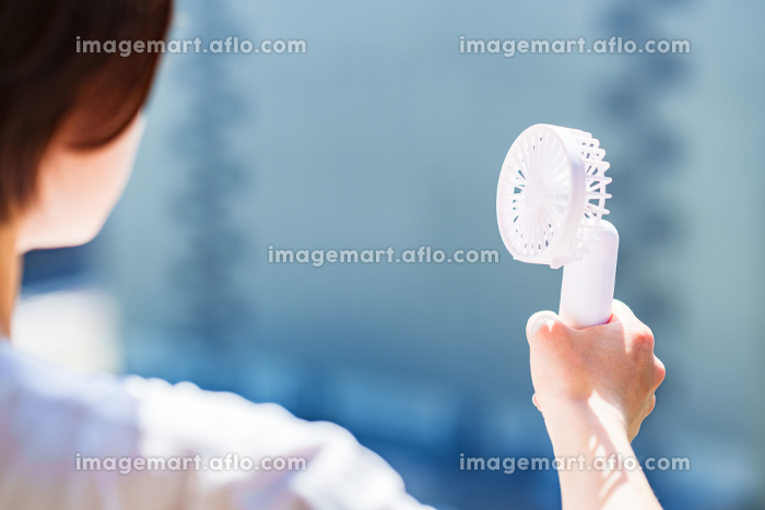 ハンディ扇風機 ハンディファン マスク無し 【 夏 の イメージ 】の販売画像
