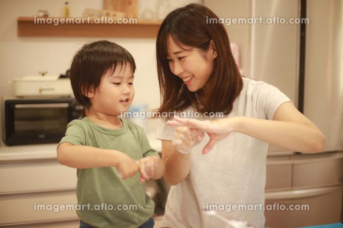 手洗いする親子の販売画像