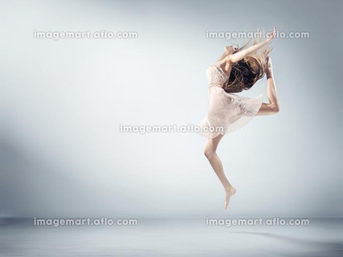 Flexible young woman in ballet figureの販売画像