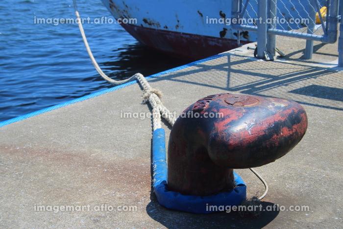 港のビットに係留された船の販売画像