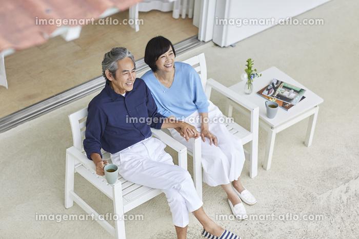 庭で寛ぐ日本人中年夫婦