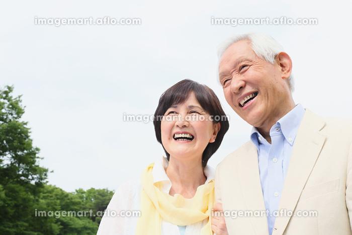 緑とシニア夫婦の販売画像