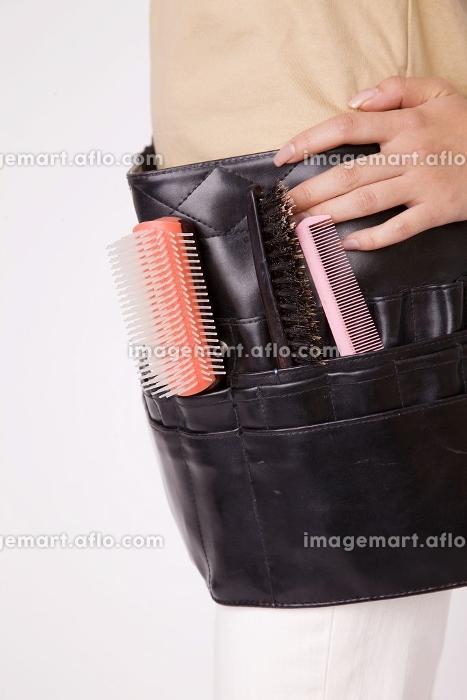 ヘアメイクを行う女性の道具の販売画像