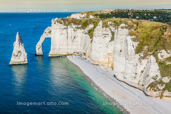 the famous cliffs at etretat in normandy,franceの販売画像