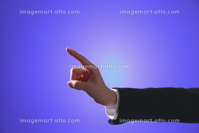 タッチパネルを操作する指先の販売画像