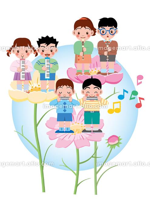 リコーダー、ピアニカ、ハーモニカを花の上で演奏する子供達の販売画像