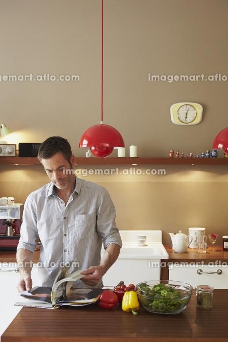 Man reading cookbookの販売画像