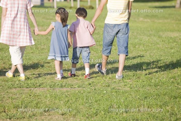 キャンプ場を歩く家族の販売画像