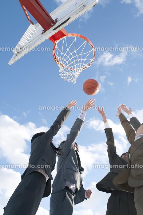 バスケットをするビジネスマンとビジネスウーマンの販売画像