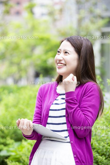 タブレットPCを操作する日本人女性の販売画像