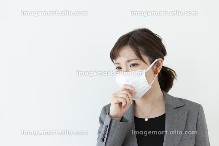 咳をするビジネスウーマン