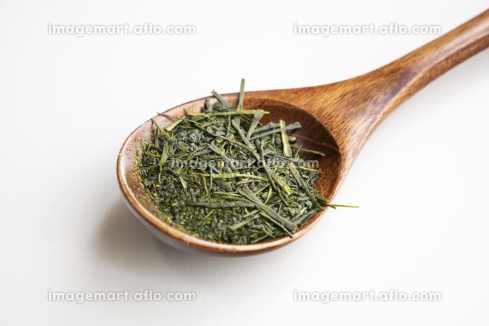 木製のスプーンにのった緑茶の茶葉の販売画像