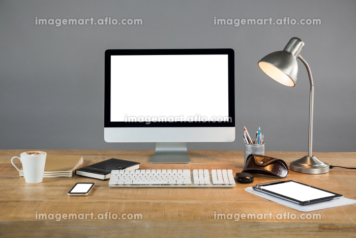 Desktop pc, digital tablet and table lamp with office accessoriesの販売画像