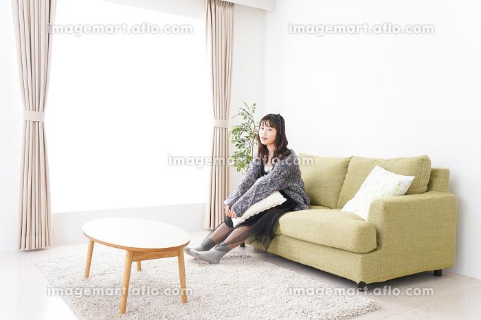 家でリラックスをする若い女性の販売画像