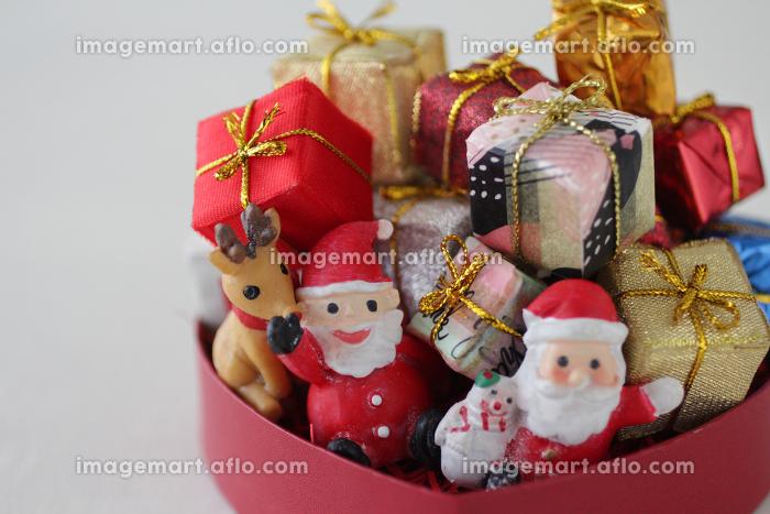 箱の中に積み上げた小さな箱のクリスマスプレゼントの販売画像