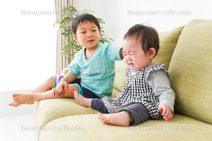 泣いている友達を慰める男の子の販売画像