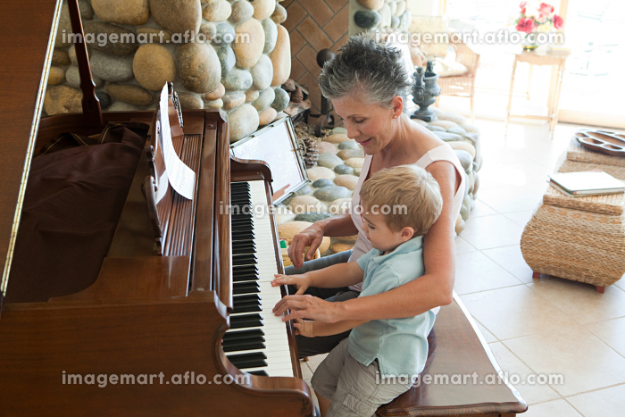 Grandmother and grandson playing the pianoの販売画像