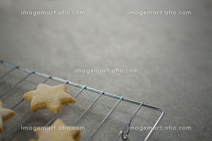 High angle view of star shape cookies on cooling rackの販売画像