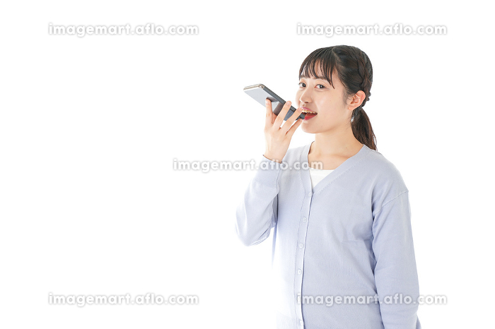 音声入力をする若い女性