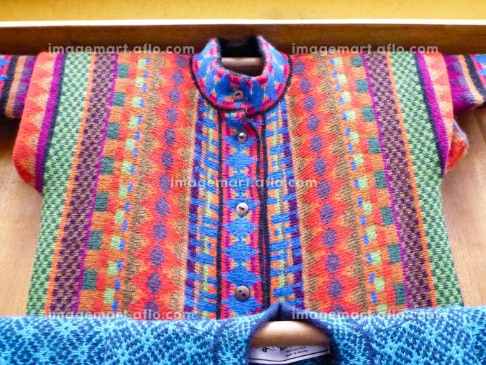 ボリビアの先住民族インディヘナのカラフルなエスニック柄の伝統的織物の洋服の販売画像