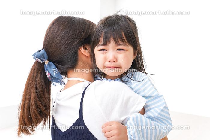泣く子どもとお母さんの販売画像