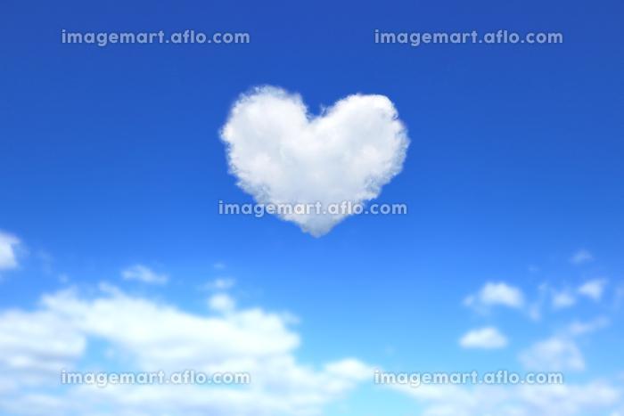 ハート形の雲が浮かぶ青空 1の販売画像