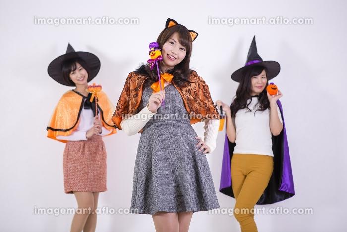 ハロウィンのコスチュームを着る女性たちの販売画像