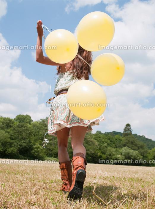 woman running with balloonsの販売画像