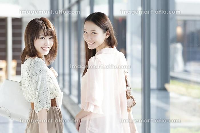 空港で微笑む女性達の販売画像