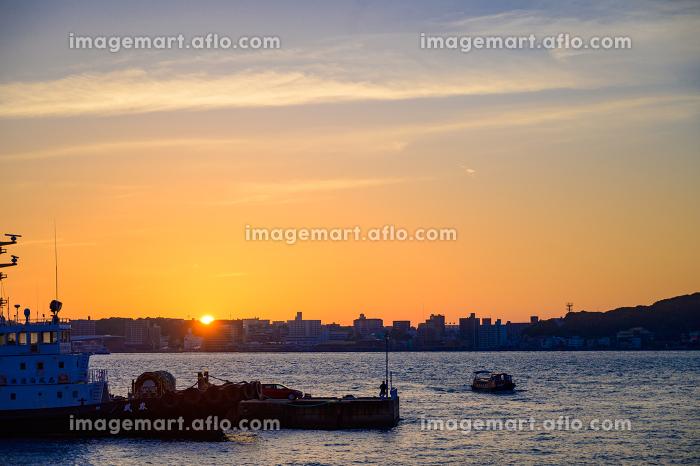 関門海峡をオレンジ色に染める綺麗な夕暮れの販売画像