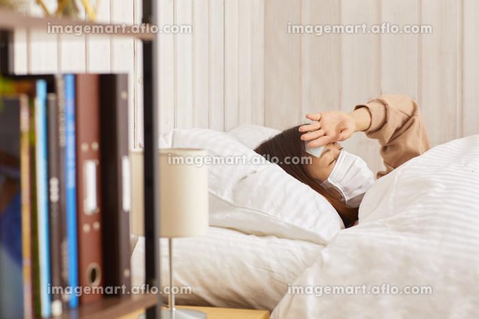 発熱して寝込む女性