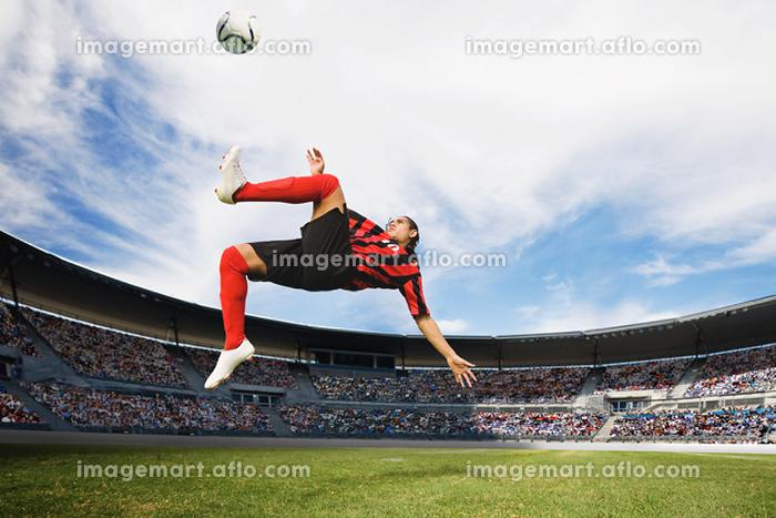 ボレーシュートをするサッカー選手の販売画像